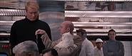 Blofeld donnant la clé à Hans