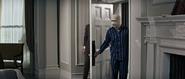 Palazzi cherchant Bond dans la chambre de Lippe