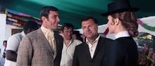 James Bond retrouvant Tracy à la fête d'anniversaire