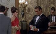 Sylvia demandant à Bond si elle peut lui téléphoner