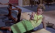 Tatiana hésitant à tuer Bond ou Klebb