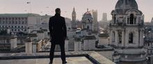 James Bond contemplant la vue de Londres