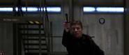 Alec abattant les soldats avec son pistolet