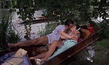 Sylvia et James s'embrassant dans la barque