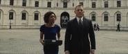 Moneypenny abordant Bond