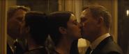 Lucia et Bond faisant l'amour