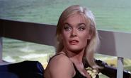 Jill remarquant Bond