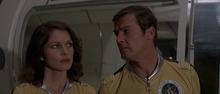 Holly et Bond écoutant le discours de Drax