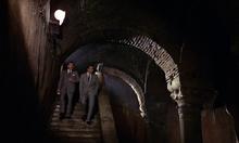 Kerim et Bond marchant dans le tunnel souterrain
