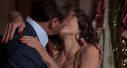 Saida et Bond s'embrassant