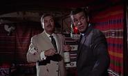 Kerim et Bond lorsqu'un tueur est interrogé