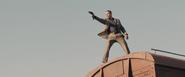 Patrice essayant d'abattre Bond sur le train