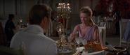 Magda partageant un repas avec Bond