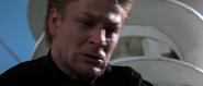 Alec étranglant Bond