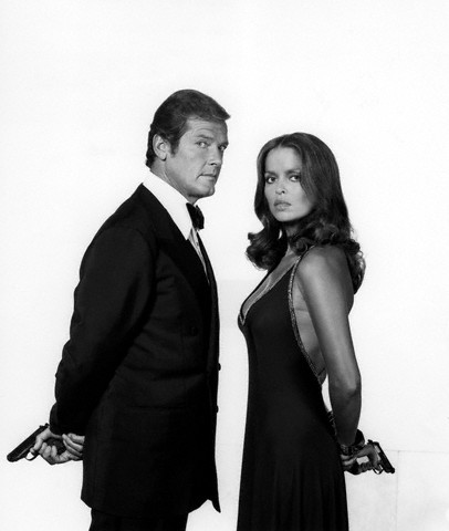 Arquivo:Barbara bach and roger moore promotional photo.jpeg