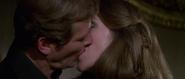 Holly et Bond s'embrassant
