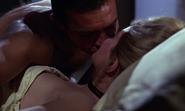 Tatiana et James s'embrassant plus longuement