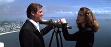 Holly et Bond se retrouvant à Rio