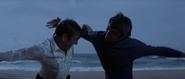 James Bond contre l'homme sur la plage