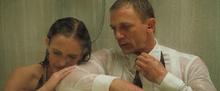 James Bond et Vesper sous la douche