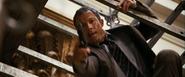 Mitchell essayant d'abattre Bond
