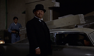 Oddjob sur le point de capturer Bond