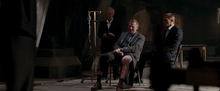James Bond et M interrogeant White