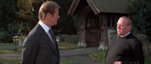 James Bond et le prêtre
