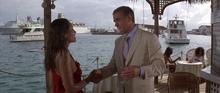 Fatima flirtant avec Bond
