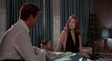 Andrea parlant à Bond