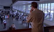 Leiter repérant Bond à l'aéroport