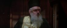 Q déguisé en prêtre