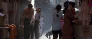 Wai Lin et Bond sous la douche