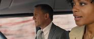 Moneypenny et Bond poursuivant Patrice