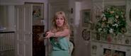 Stacey menaçant Bond