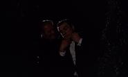 Grant étranglant le faux James Bond