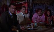 Kerim et Bond assistant au début du combat