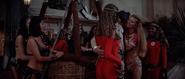 Magda et les acrobates admirant Q