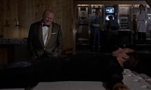 Goldfinger sur le point de torturer Bond