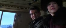 Elektra et Bond dans l'hélicoptère
