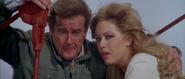 Stacey et Bond après l'explosion