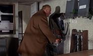 Goldfinger verrouillant la salle