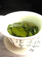 File-Tea leaves steeping in a zhong čaj 05