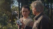 Han gibt Rey seinen Blaster