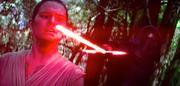 Rey wird von Kylo Ren bedroht