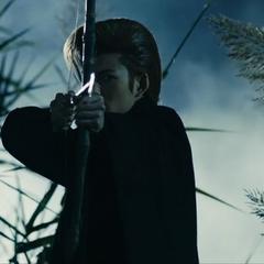 Кейчо готовиться стрелять в Анджуро Луком и стрелой