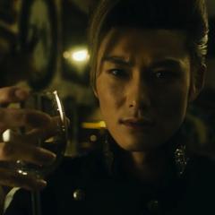 Кейчо схватив стакан после Анджуро использовавший Aqua Necklace на воде