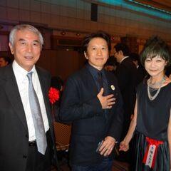 Араки с Такаюки Мацутани и Румико Тэдзука на вечеринке по получению премии Тэдзука в 2013 году