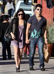Joe-jonas-and-girlfriend-demi-lovato-holding-hands-pic