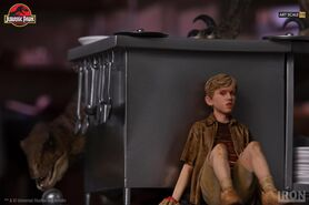 Velociraptors-in-the-Kitchen-Diorama-Iron-Studios-5